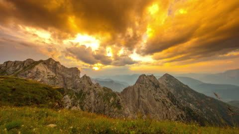 tramonto t/l majestic sul monte mangart - mountain video stock e b–roll