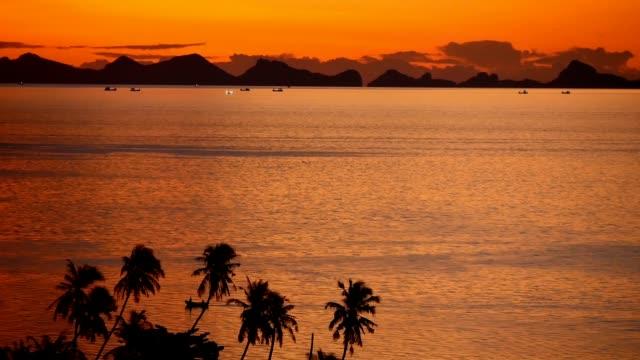 山のシルエットと海の上雄大な熱帯オレンジ夏リアルタイム夕日。劇的なミステリー、黄金曇り海の島上空の空撮。鮮やかな夕暮れ海自然な背景。 - サムイ島点の映像素材/bロール