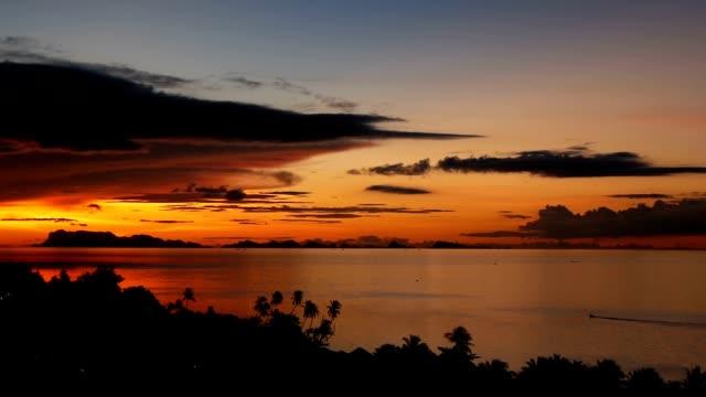 山のシルエットと海の上雄大な熱帯オレンジ夏タイムラプス夕日。劇的なミステリー、黄金曇り海の島上空の空撮。鮮やかな夕暮れ海自然な背景。 - サムイ島点の映像素材/bロール