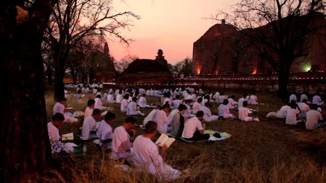 """vídeos de stock, filmes e b-roll de makabucha dia em wat mahaeyong ayutthaya, tailândia """" - ano novo budista"""