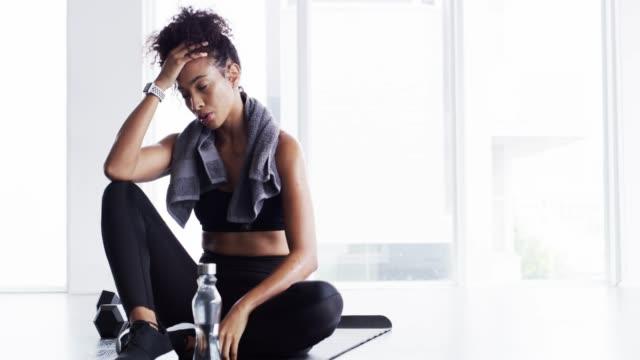 gör det till en livsstil, inte en plikt - black woman towel workout bildbanksvideor och videomaterial från bakom kulisserna