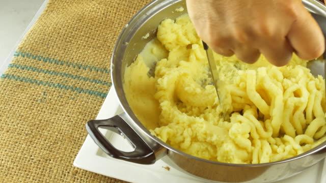 kartoffelpüree machen. kochen zu hause. - milchkrug stock-videos und b-roll-filmmaterial