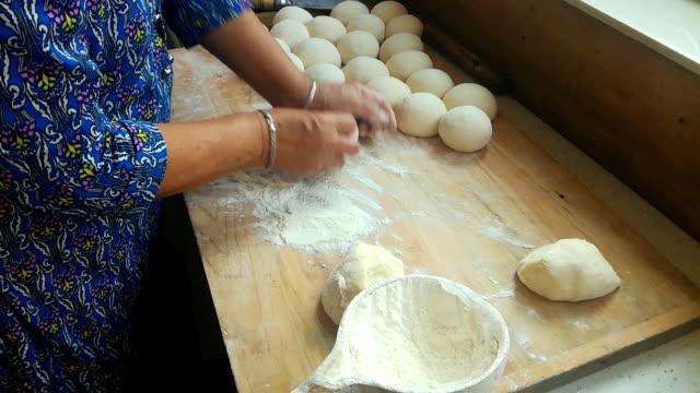 Hacer al vapor de pan con la harina, comida china - vídeo