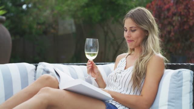 自分の時間を作る - ワイングラス点の映像素材/bロール