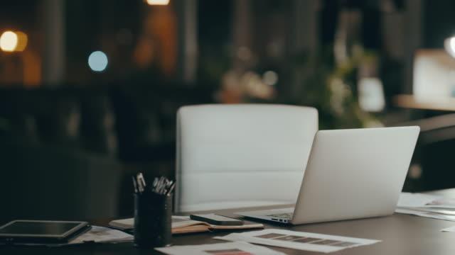今夜あなた自身を作る - テーブル 無人のビデオ点の映像素材/bロール