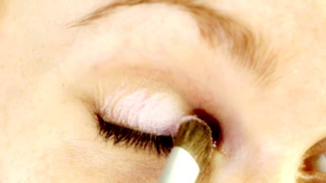 stockvideo's en b-roll-footage met hd: make up applying on eyelids - eyeliner