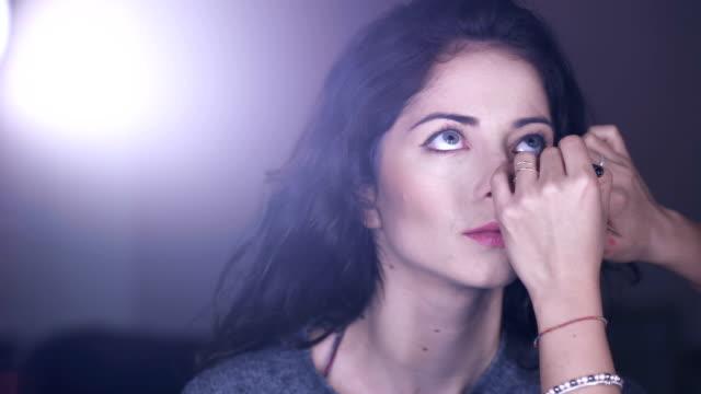 makeup artist gäller svart penna över vackra modell ögon, porträtt - makeup artist bildbanksvideor och videomaterial från bakom kulisserna