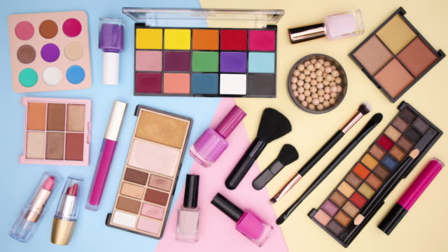 vídeos de stock e filmes b-roll de make up products appear on pastel background - stop motion - rímel