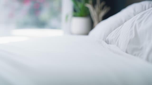 vídeos de stock e filmes b-roll de make your bed and start your day - fazer
