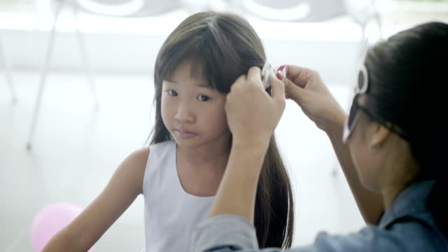 Makes daughter hairstyle