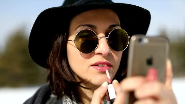 stockvideo's en b-roll-footage met make-up overal - lipbalsem
