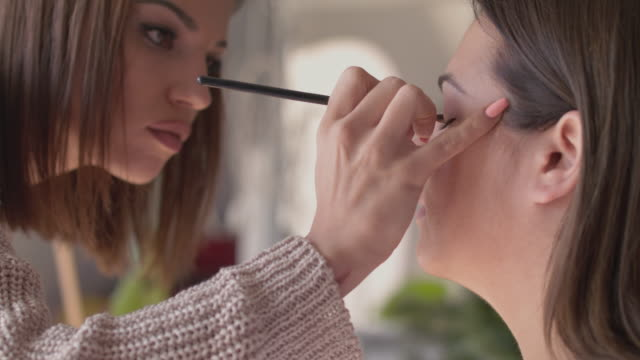 make-up artist ansöker makeup - makeup artist bildbanksvideor och videomaterial från bakom kulisserna