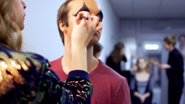 stockvideo's en b-roll-footage met make-up artiest is het maken van greasepaint met de acteur in het theater - vetschmink