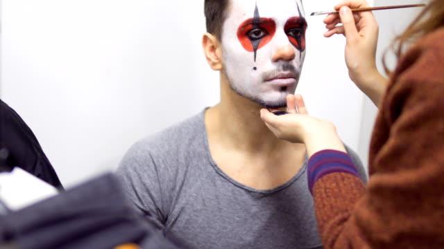 stockvideo's en b-roll-footage met visagist maakt greasepaint op iemands gezicht voordat zijn prestaties op scène - vetschmink