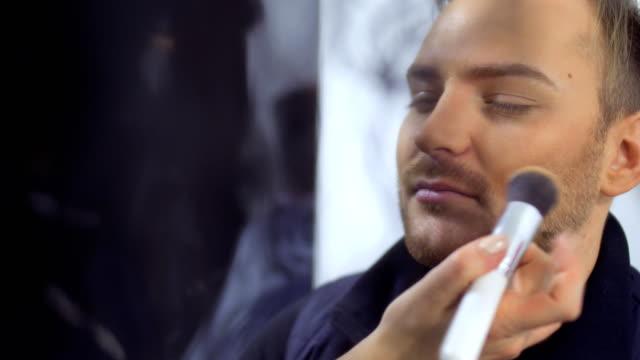 stockvideo's en b-roll-footage met visagist mens bereidt zich voor op de prestaties - vetschmink