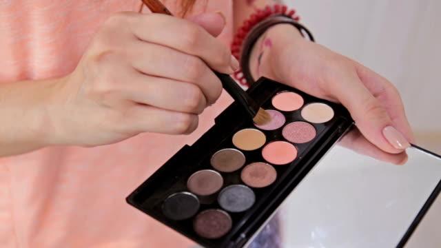 vidéos et rushes de artiste maquillage ombres à paupières de la palette de fards à paupières maquillage - fard à paupières