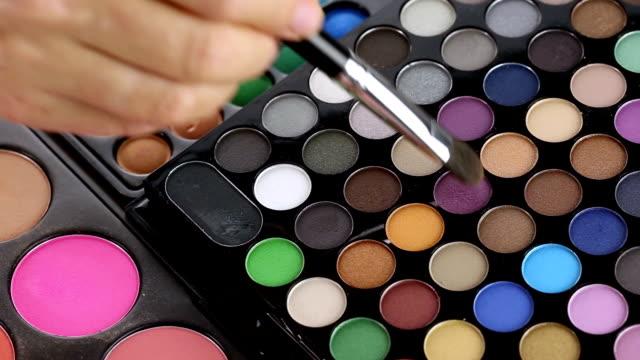 vídeos de stock e filmes b-roll de make-up artista com a paleta de sombras de maquilhagem de olho - sombra para os olhos