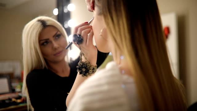make-up artist arbetar på hennes vän. riktiga människor. - makeup artist bildbanksvideor och videomaterial från bakom kulisserna