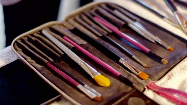 stockvideo's en b-roll-footage met make-up kunstenaar penselen - drag queen