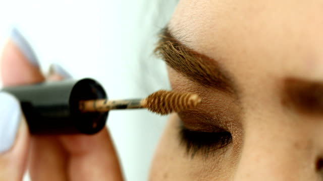 stockvideo's en b-roll-footage met make-up beauty, vrouw met behulp van wenkbrauw borstel - eyeliner