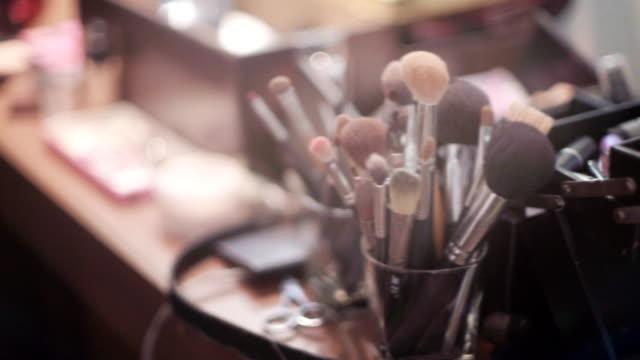 makeup borste set och kosmetika - makeup artist bildbanksvideor och videomaterial från bakom kulisserna