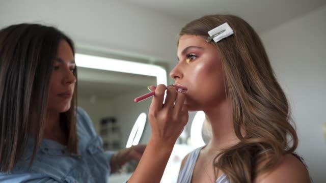 make-up är en del av modern skönhet också - makeup artist bildbanksvideor och videomaterial från bakom kulisserna
