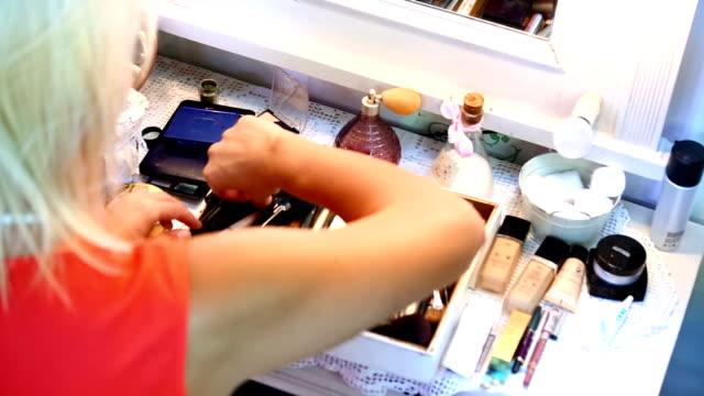 makijaż. - kosmetyczka praca w salonie piękności filmów i materiałów b-roll