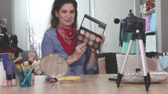 make-up-vlogs - kosmetik beratung stock-videos und b-roll-filmmaterial