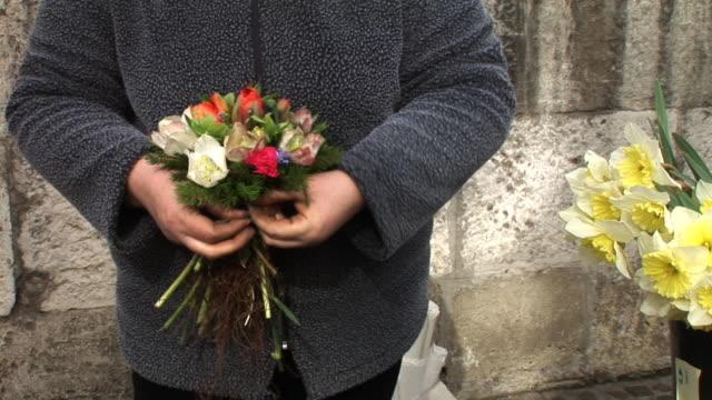 hd: making a bouquet - blomstermarknad bildbanksvideor och videomaterial från bakom kulisserna