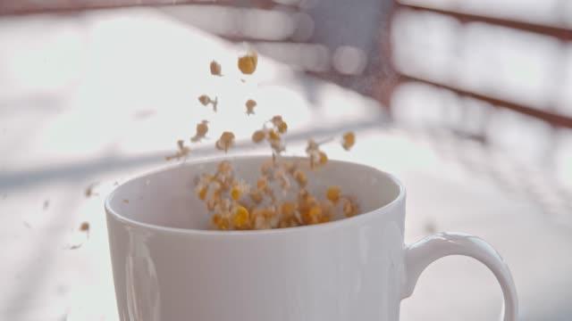 vídeos y material grabado en eventos de stock de slo mo hacer una taza de té con flores de manzanilla secas - manzanilla