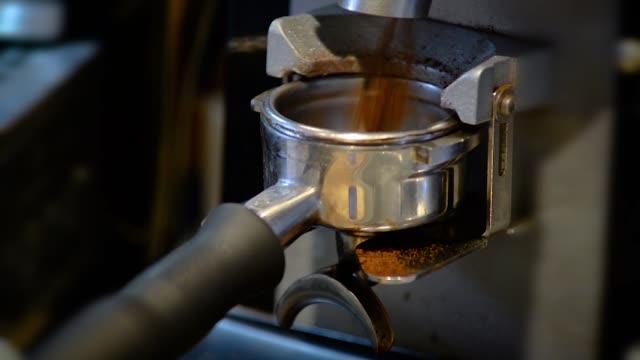Hacer un café expreso y capuchino - vídeo