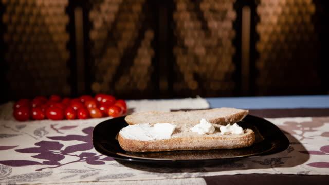 att göra en italiensk salami smörgås stoppa rörelse animation - cheese sandwich bildbanksvideor och videomaterial från bakom kulisserna