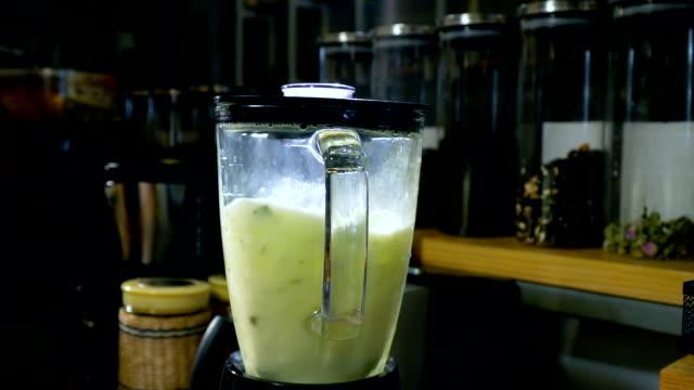 vídeos de stock e filmes b-roll de making a lemon frozen - bebida fresca