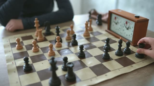 vídeos de stock e filmes b-roll de making a move in game of chess - xadrez