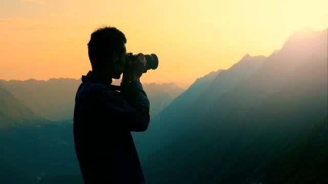 making a photo in the mountains - fotografika filmów i materiałów b-roll