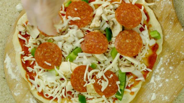 vídeos y material grabado en eventos de stock de tomar una pizza - pimiento verde