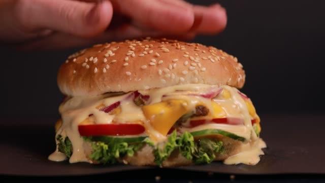 making and press burger - cheeseburger filmów i materiałów b-roll