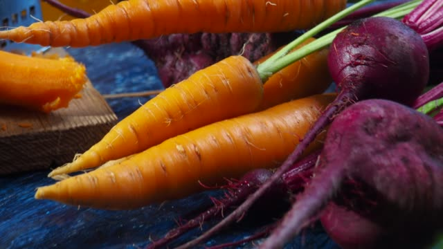 making beet and carrot juice - sedano video stock e b–roll