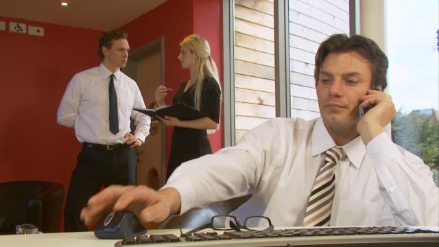 rufen sie im büro, business - reisebüro stock-videos und b-roll-filmmaterial