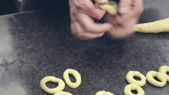 Faire à la main des beignets pâte de Pentecôte de farine. Enregistré dans la cuisine de l'Espagne. Dessert tipycal de l'Espagne. - Vidéo