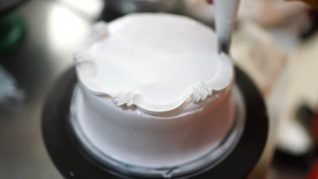 vidéos et rushes de faire la décoration de gâteau coved avec la crème - vanille