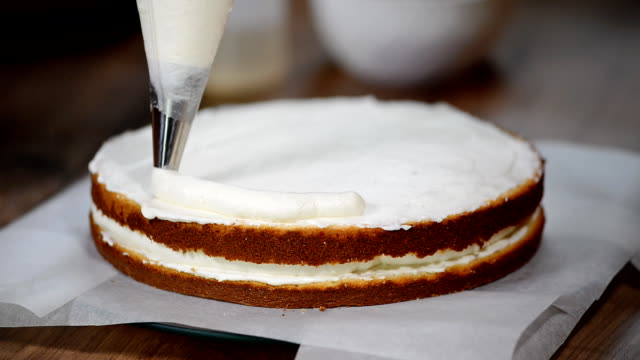 herstellung von kuchen mit buttercreme füllen. - zuckerguss stock-videos und b-roll-filmmaterial