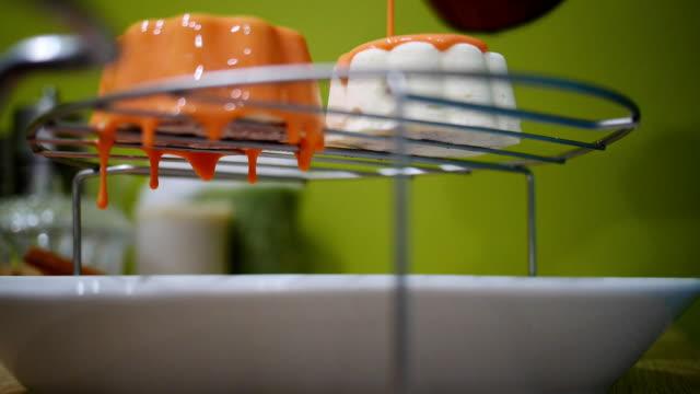 ayna sır içinde beyaz mousse ile kek yapma - muhallebi stok videoları ve detay görüntü çekimi