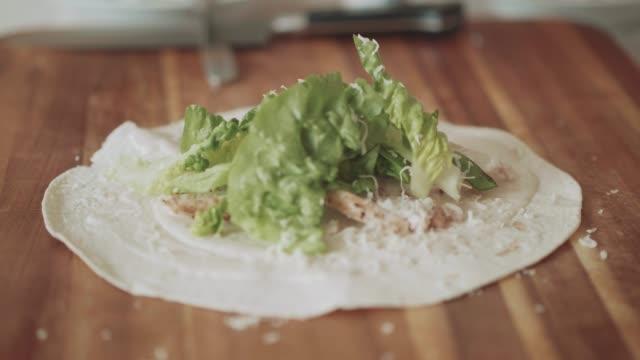 göra kyckling caesar sallad wrap smörgås - cheese sandwich bildbanksvideor och videomaterial från bakom kulisserna