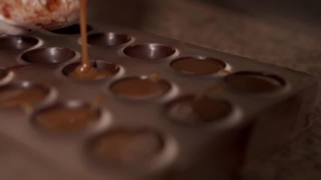 vídeos de stock, filmes e b-roll de fazendo pralines de chocolate - chocolate