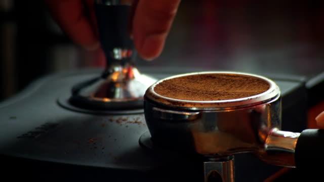 facendo caffè, macchina per il caffè - argento metallo caffettiera video stock e b–roll