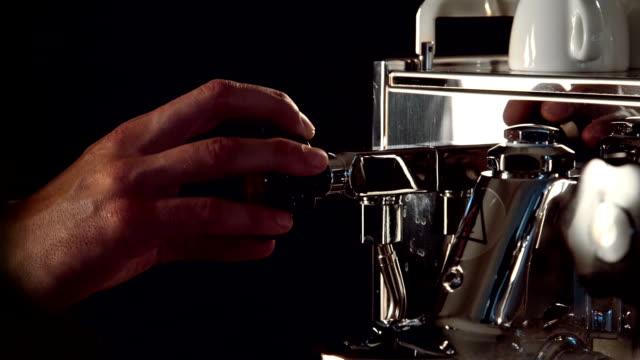 facendo caffè caffè espresso - argento metallo caffettiera video stock e b–roll