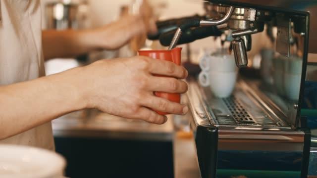 att göra kaffe på kaffemaskin - förberedelse bildbanksvideor och videomaterial från bakom kulisserna