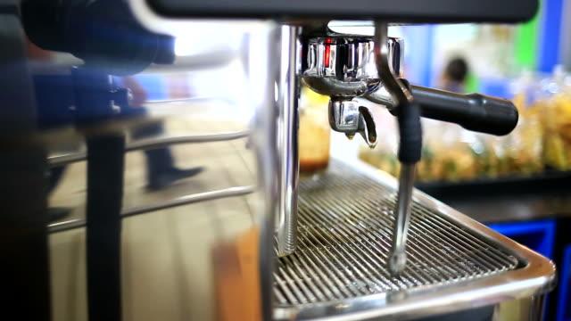 facendo caffè - argento metallo caffettiera video stock e b–roll