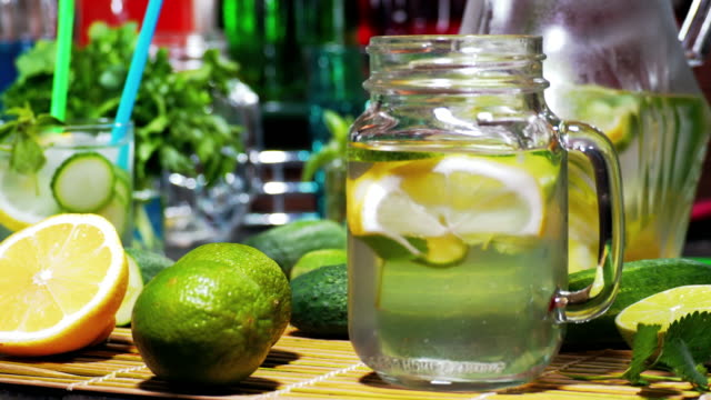 att göra gurka lemonad - konserveringsburk bildbanksvideor och videomaterial från bakom kulisserna